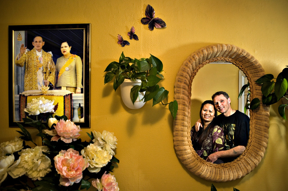 Thisted. Blandede ægteskaber. Tre par fortæller om deres Danske og Thailandske ægteskab. John Lynghøj Præstegaard Nielsen og Saowalok Nielsen (Mong). Mong har haft stor indflydels på indretningen af huset. Hun følger også Buddhistiske ritualer, hun beder hver dag en bøn ved buddha figurer der er placeret et par steder i huset. John har det fint med at Mong har sat sit præg på hjemmet og han beundre meget den Thailandske kultur.